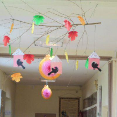 Ptaki na szkolnym korytarzu